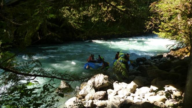 """Encontramos um pessoal que andou de caiaque nesse rio tão """"quentinho"""" hehehe"""