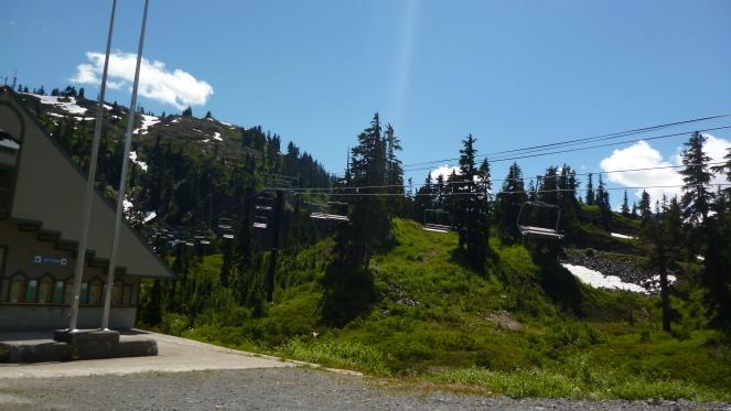 As cadeirinhas que nos levam até o topo da montanha.
