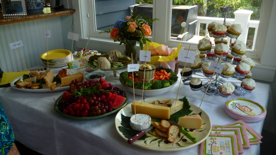 A mesa com alguns comes e bebes...